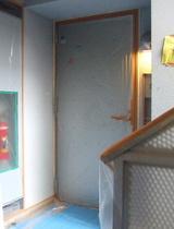 ビニールで養生されたドアを閉め、