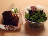 今日のお土産「チョコレート羊羹」(左)と「抹茶あんみつ」(右)