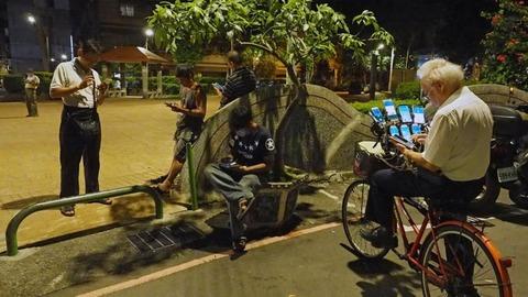 台湾の老人がスマホ11台を自転車に装備してポケモンGOwwwwwwwwwwww