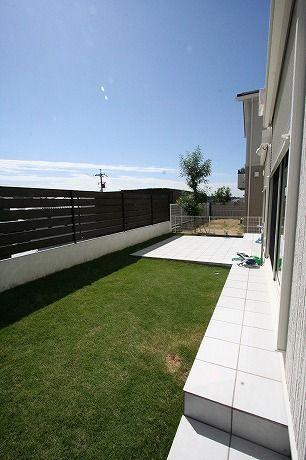 芝とタイルテラスガーデン2