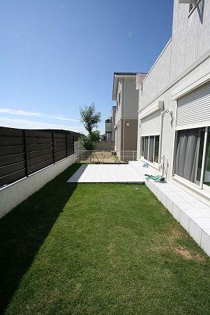 芝とタイルテラスガーデン