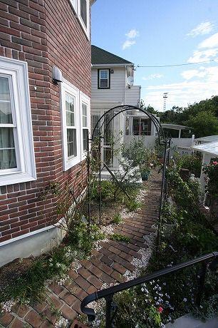 ガーデンルームとレンガの小道