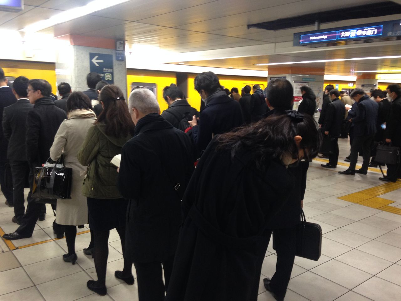 通勤電車を待つ行列1