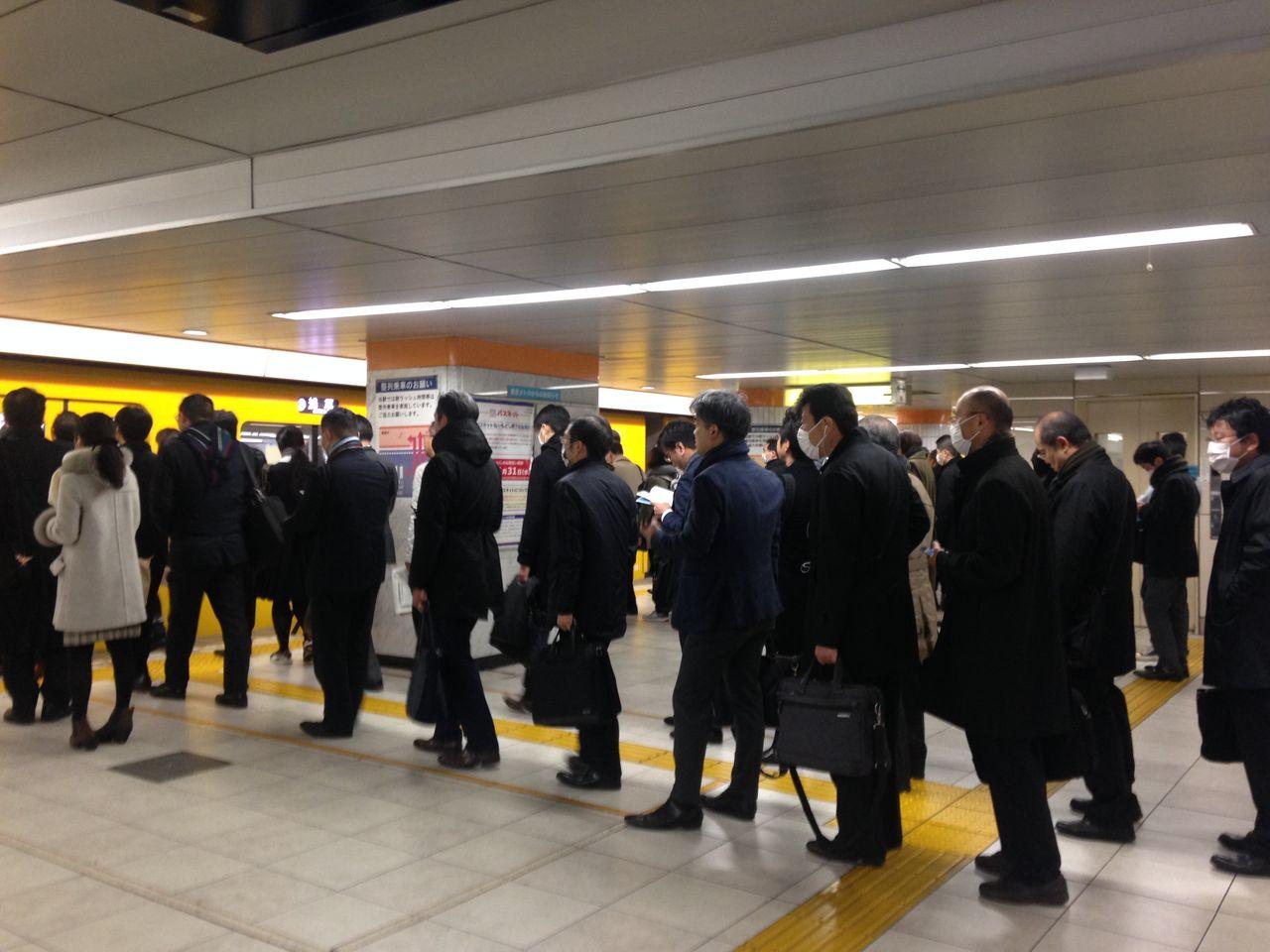 通勤電車を待つ行列2