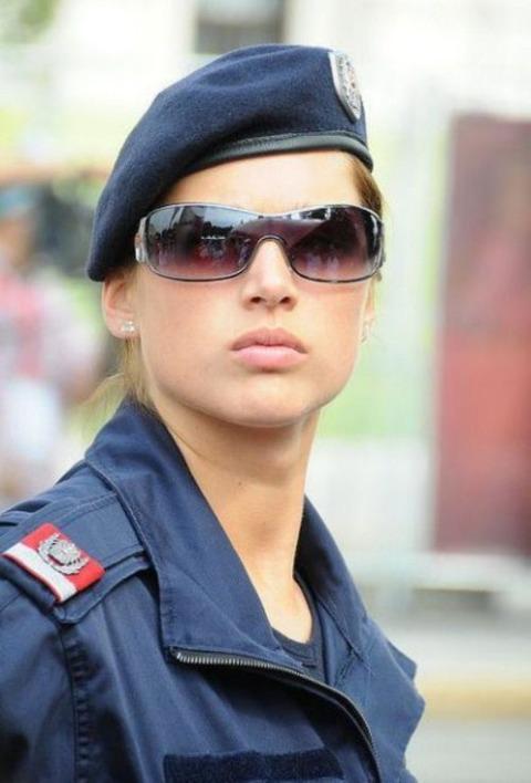 世界の美しすぎる女性警察官たち : エロ認定「私が選びました」美人警察官BEST 11 外国編