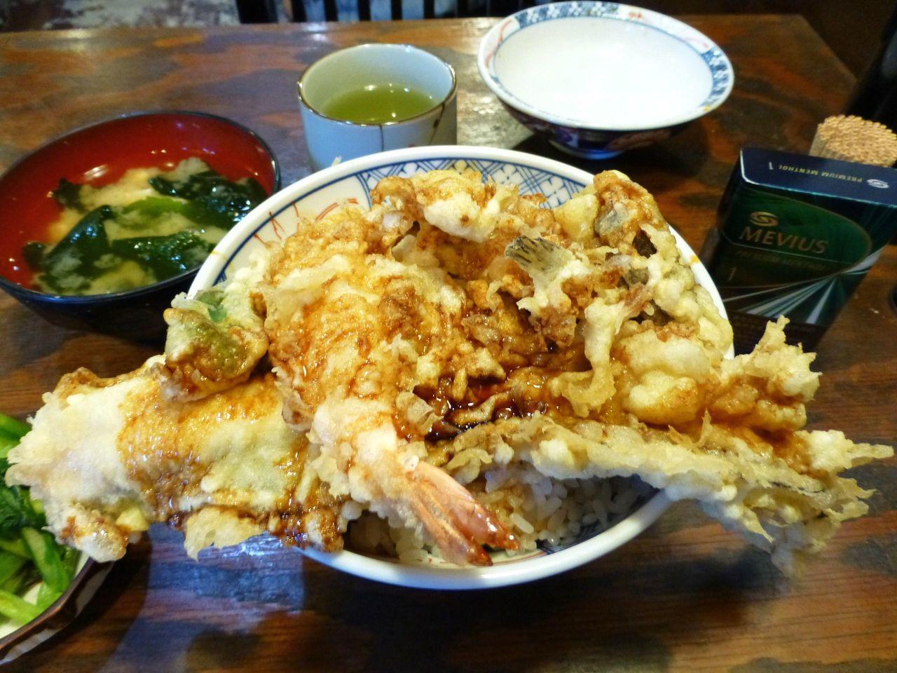 ご飯が見えないほど天ぷらがのって、テンションが上がります!