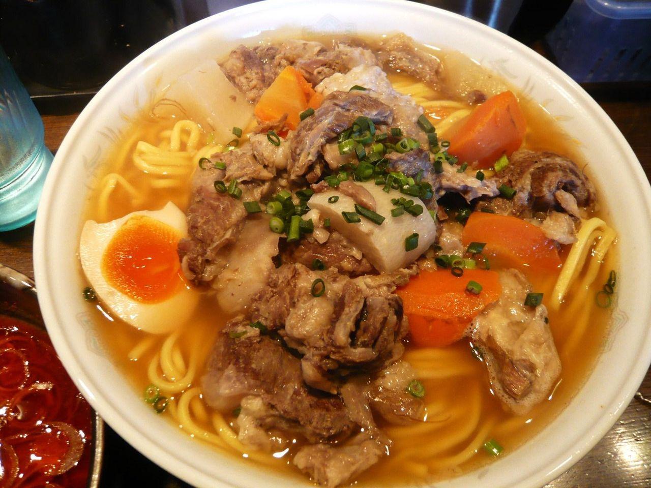 麺は、ラーメンのような熱々の状態で提供されます。