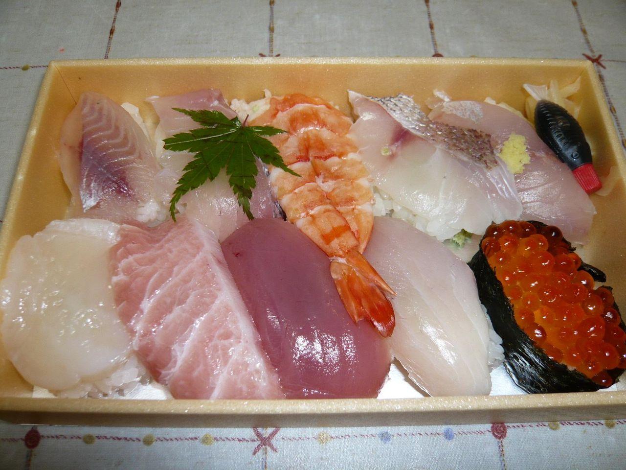 中トロ、イクラ、ホタテも入ってる、松にぎり950円