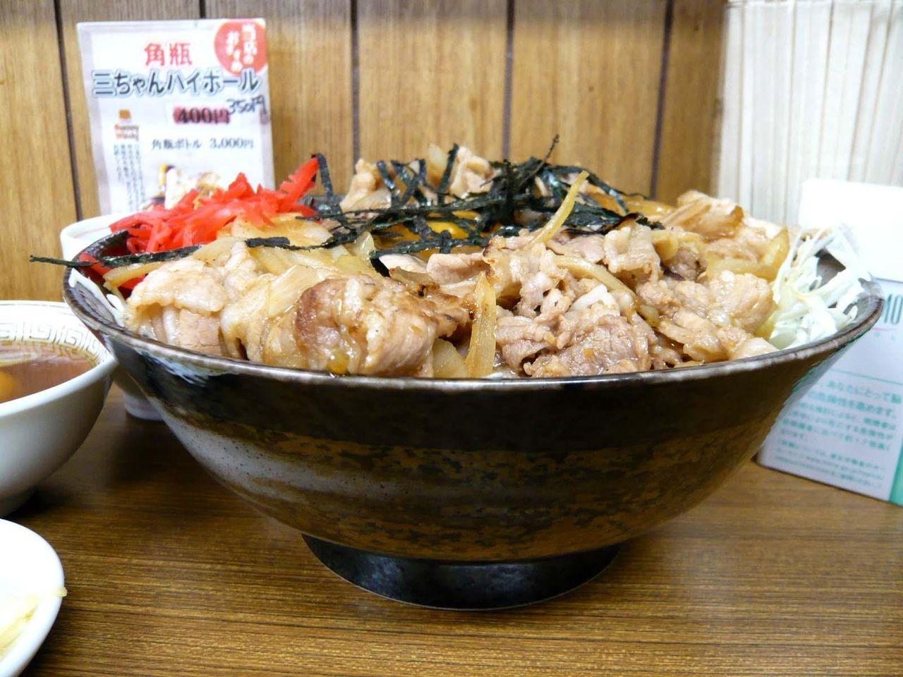 焼肉丼大盛は、直径20センチのラーメン丼を使用!