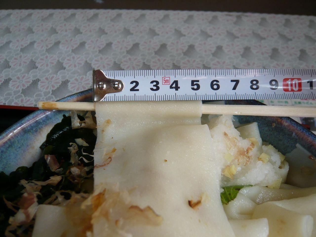 吉見屋食堂の川幅うどんは、幅5.5センチ!