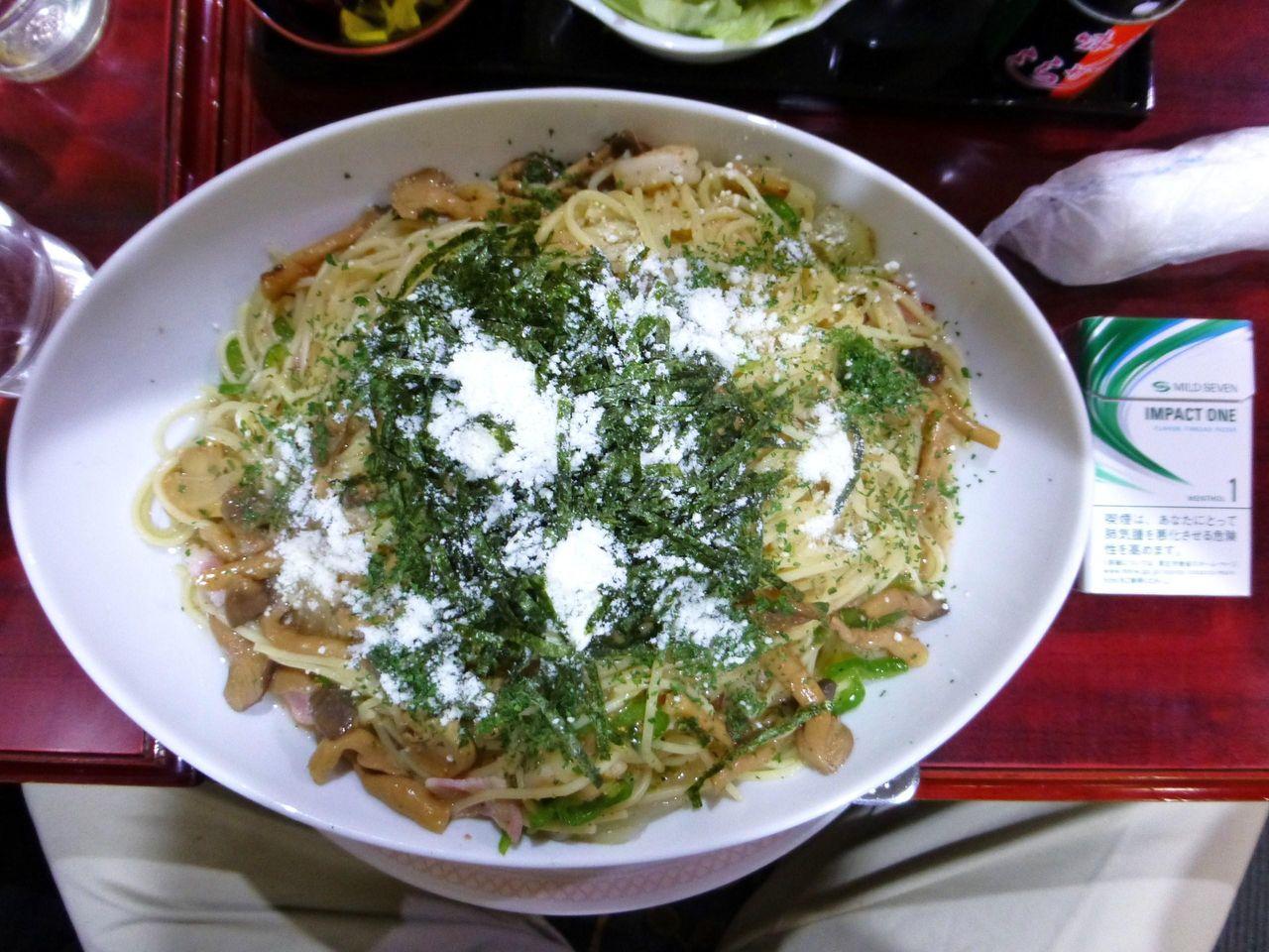 パスタ大盛は、直径29センチのデカ皿を使用!