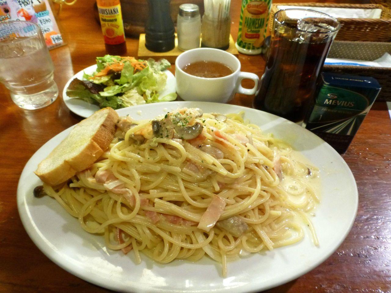 1キロのカルボナーラ、サラダ、スープ、ドリンクで1,000円