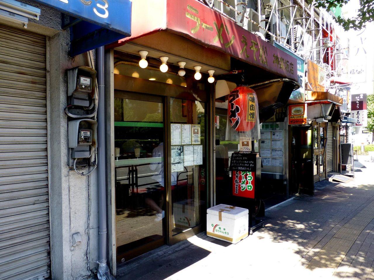 えぞ松神楽坂店は、古びて年季を感じる店構えです!