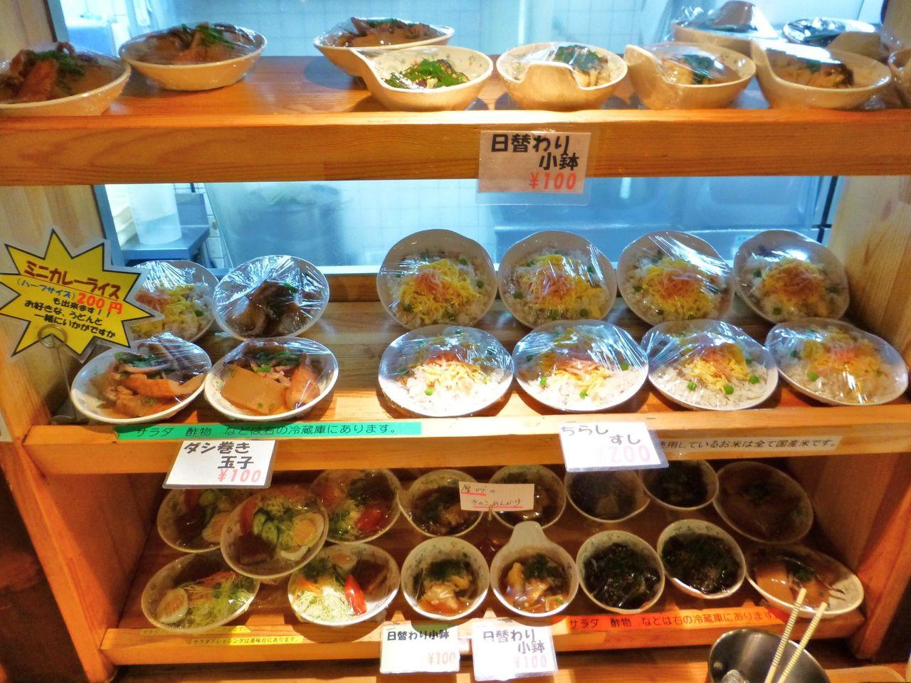 小鉢、惣菜、ちらし寿司など、メニューが豊富!