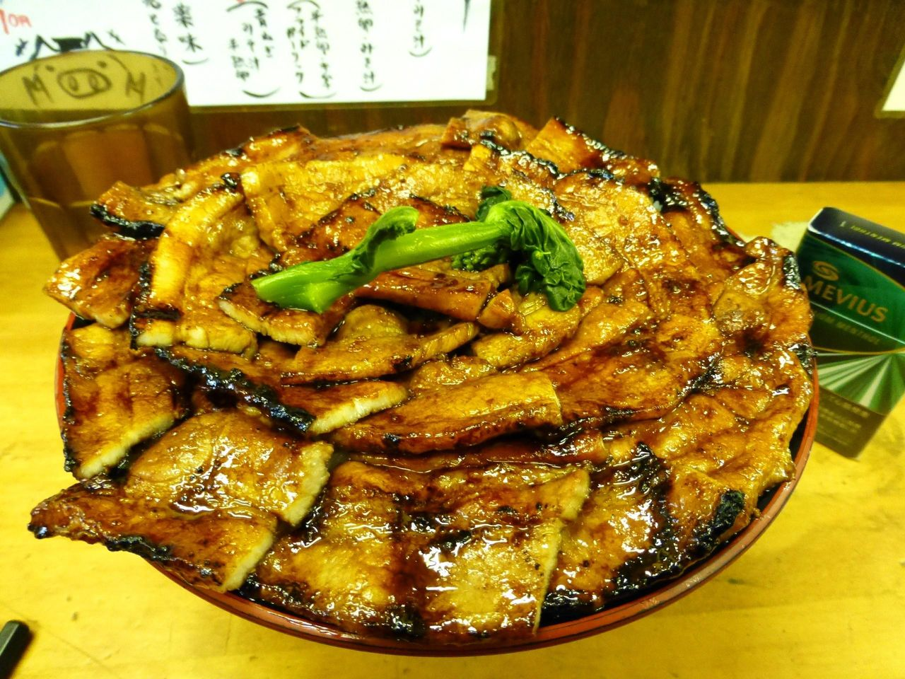 豚丼(特大)990円は、豚肉を敷き詰めたド派手な盛り付け!