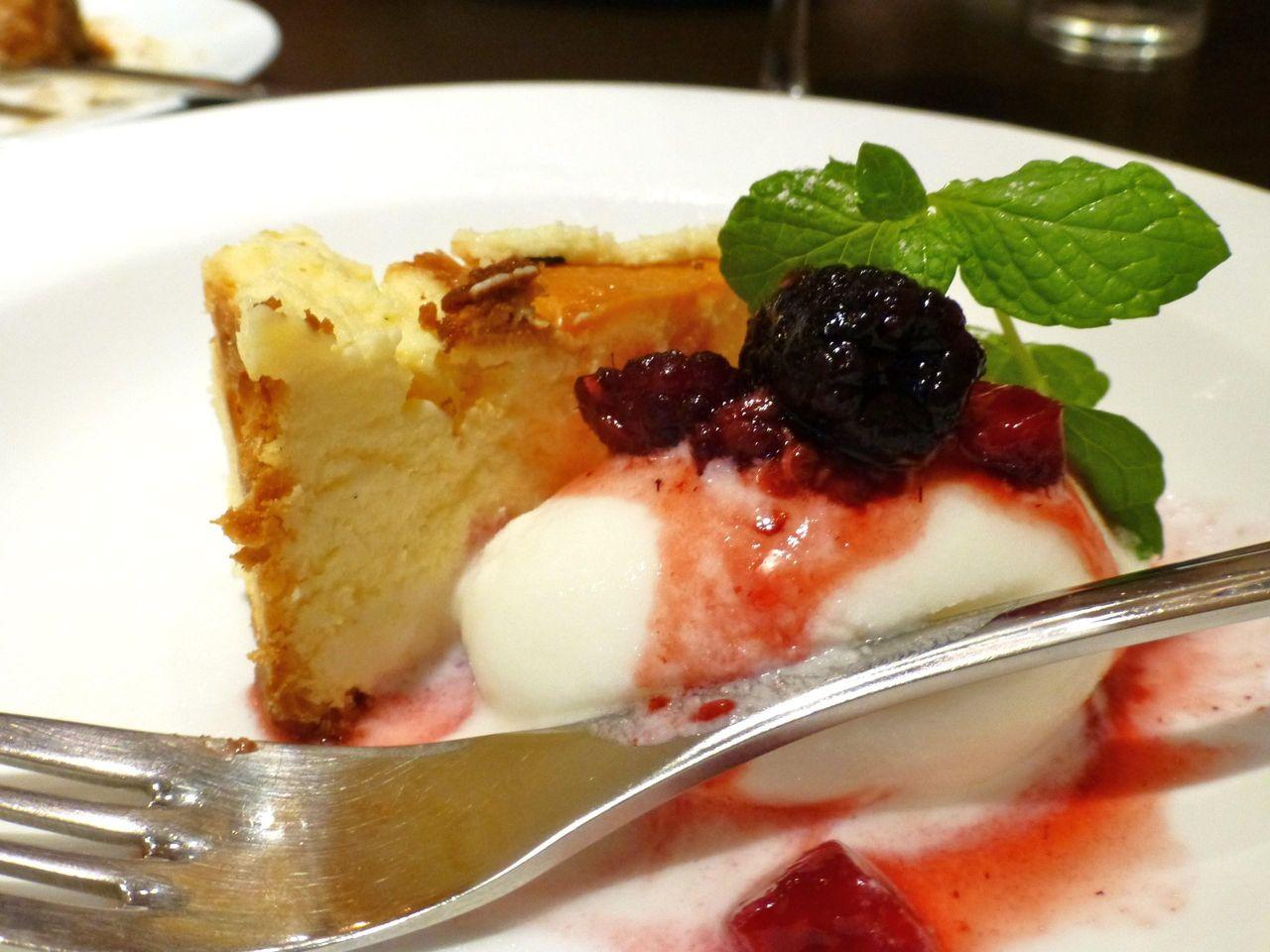 デザートは、チーズケーキとアイスクリームの2種盛り!