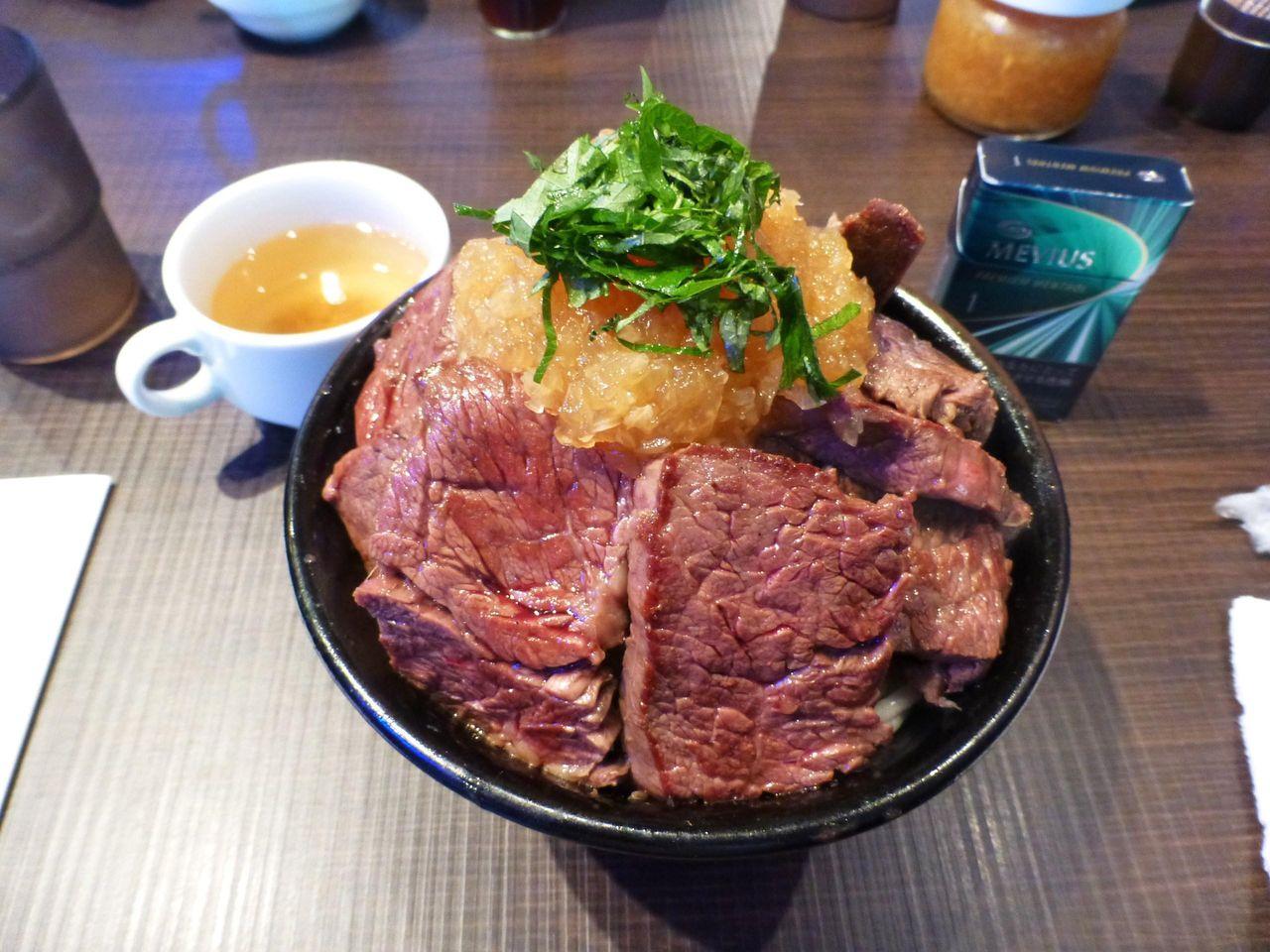 限定5食の特盛ステーキ丼940円