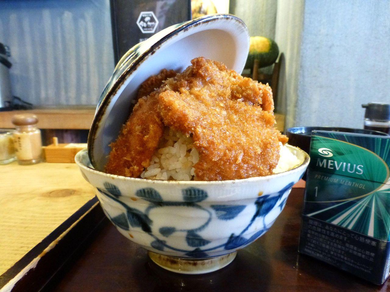 神保町の「タレカツ」で、デカ盛りヒレカツ丼!