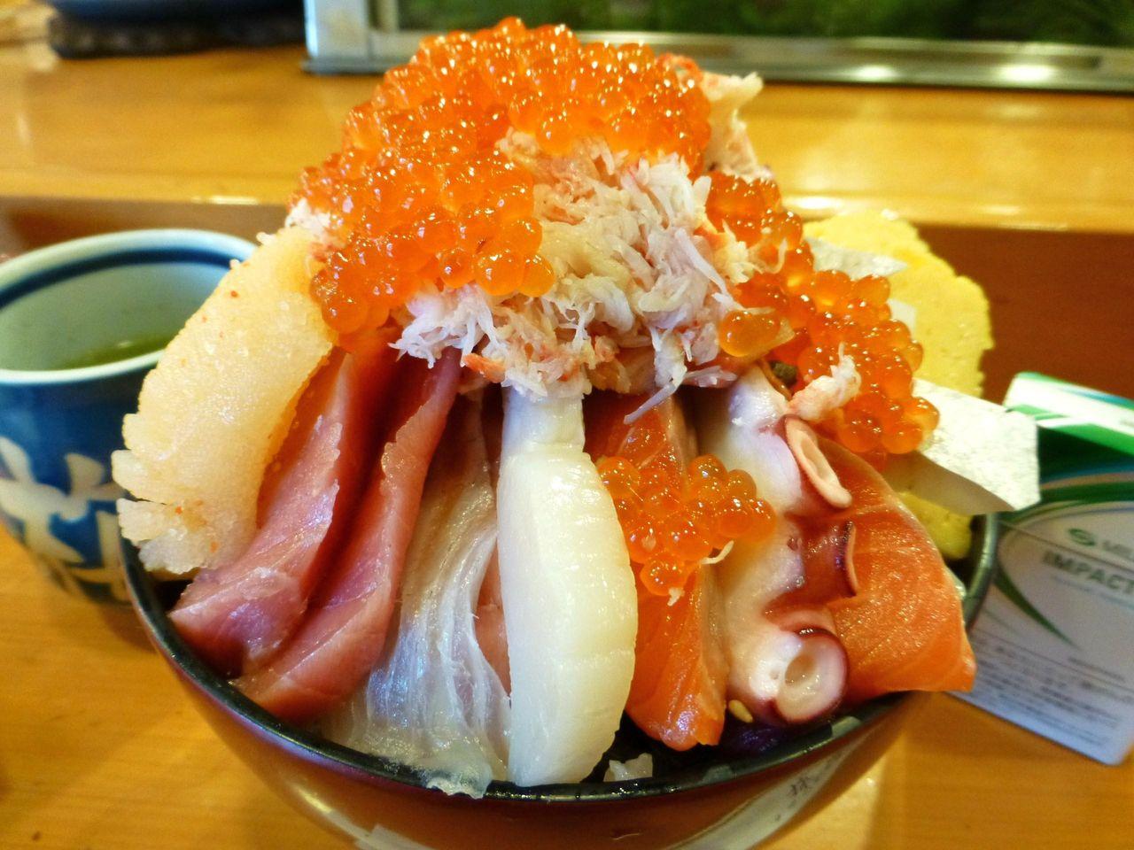 直径15センチの丼に海鮮ネタを崩れる寸前までテンコ盛り!