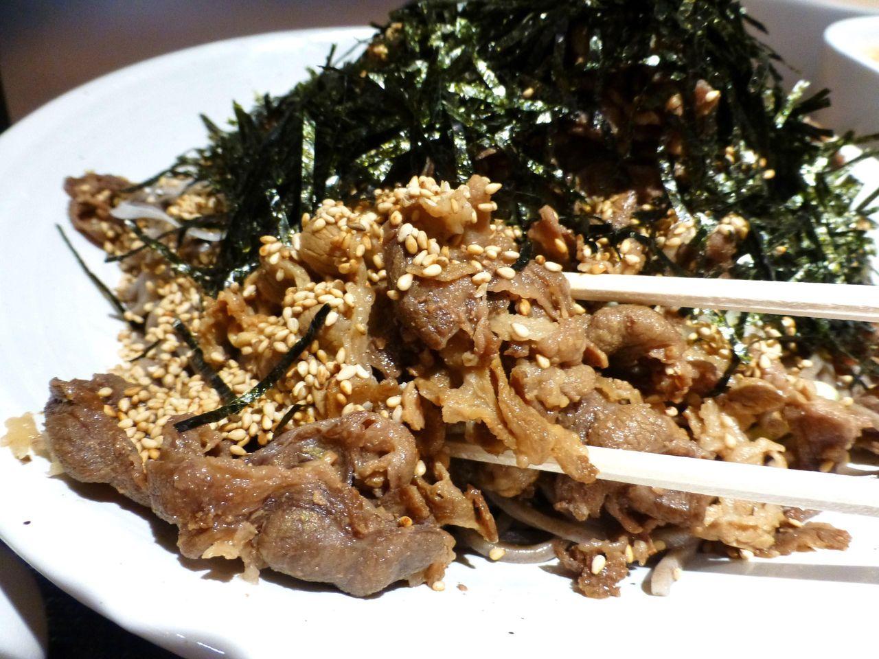 ダシで煮込んだ牛バラ肉が、タップリのっています!