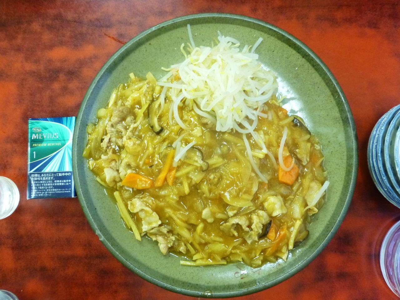 ジャージャーメン850円は、直径29センチのデカ皿を使用!