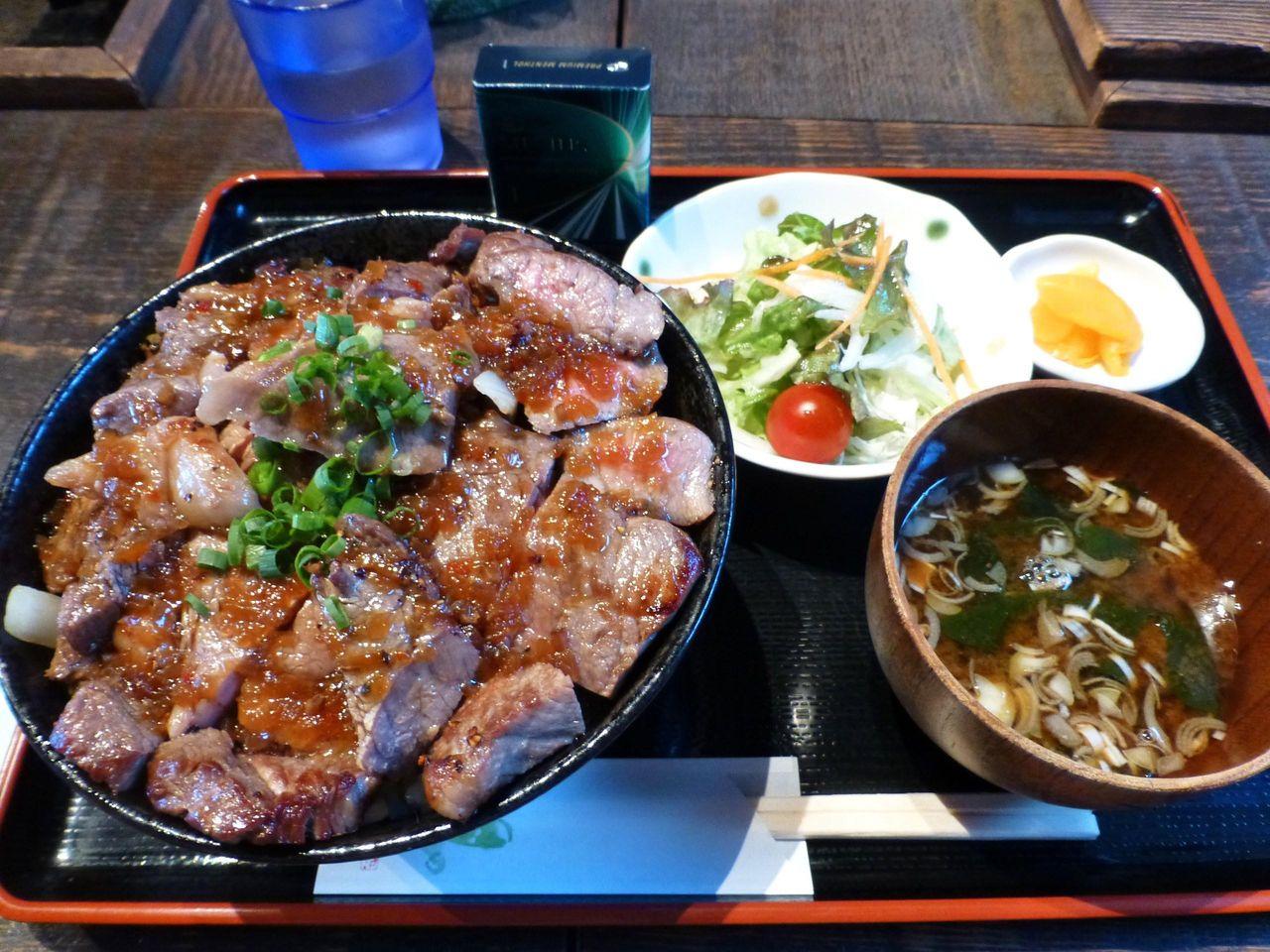 高半の牛ステーキ丼(ステーキ・ご飯の両方大盛)1,980円
