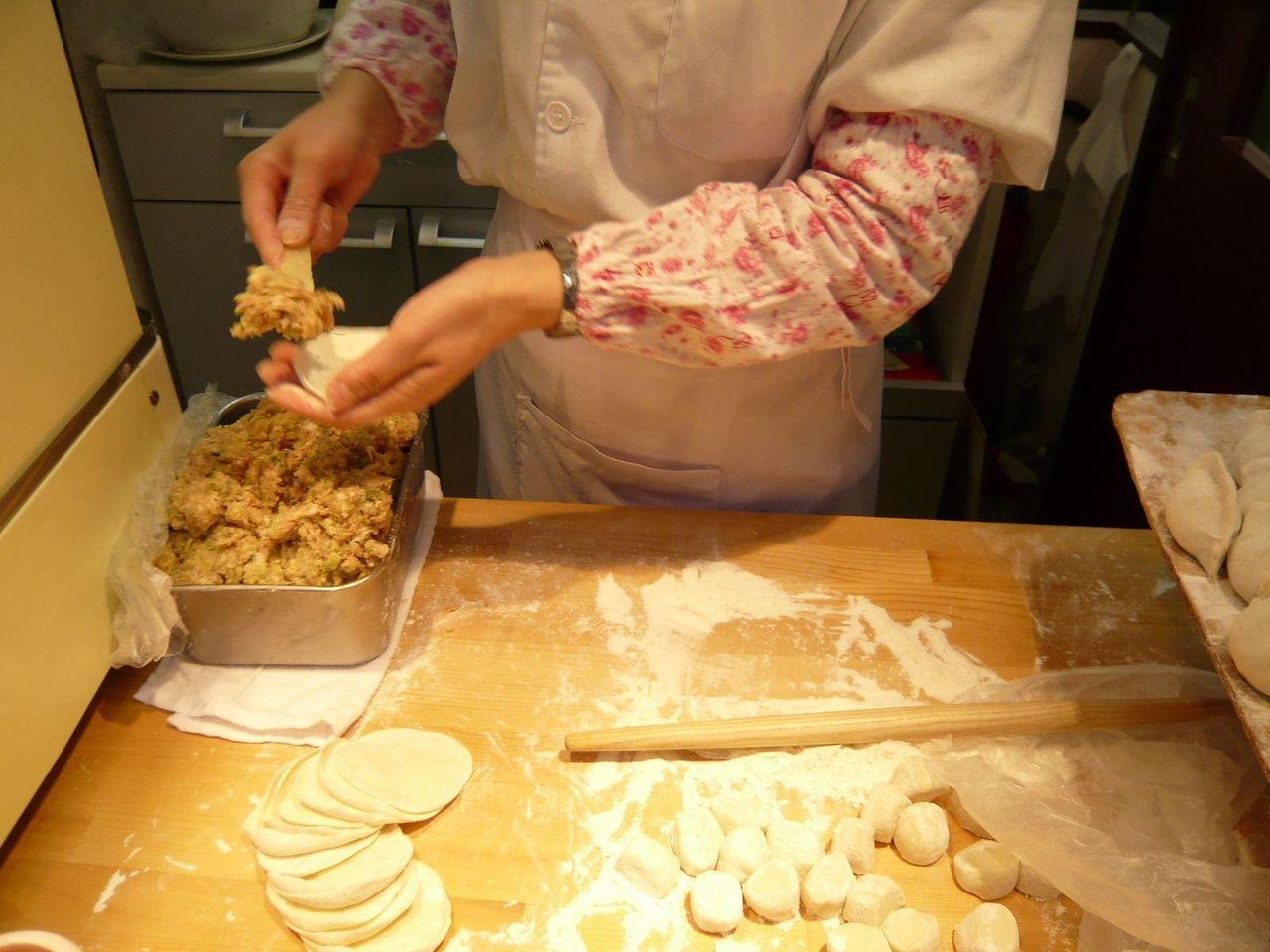 入口の脇では、餃子作りのパフォーマンス!