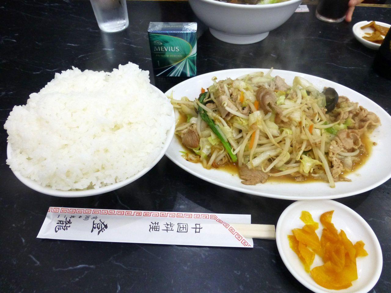 えっ!これで普通盛りなの?肉野菜炒め定食650円!