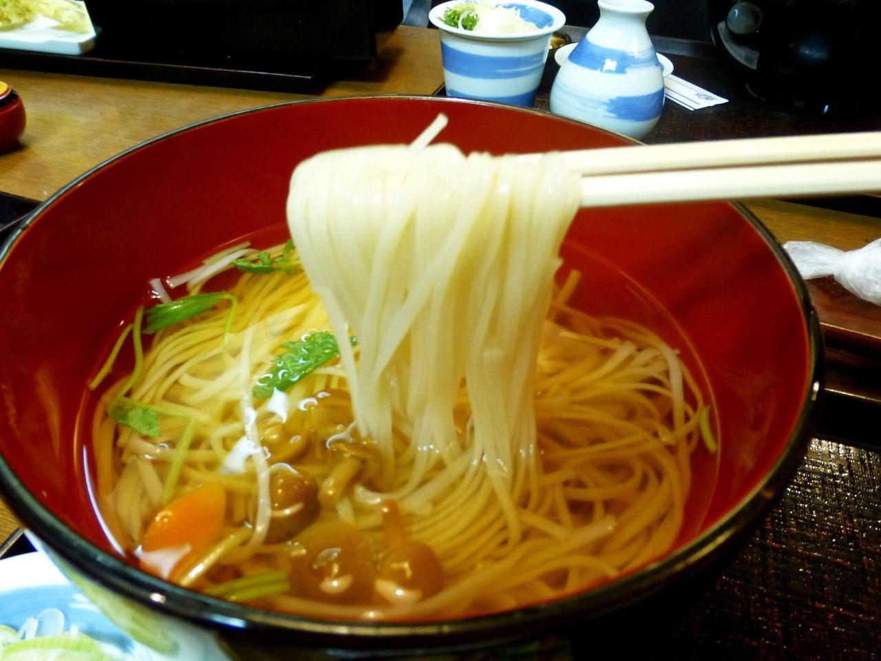 温麺のつゆは熱々で、ダシを効かせたアッサリ上品な味わい!