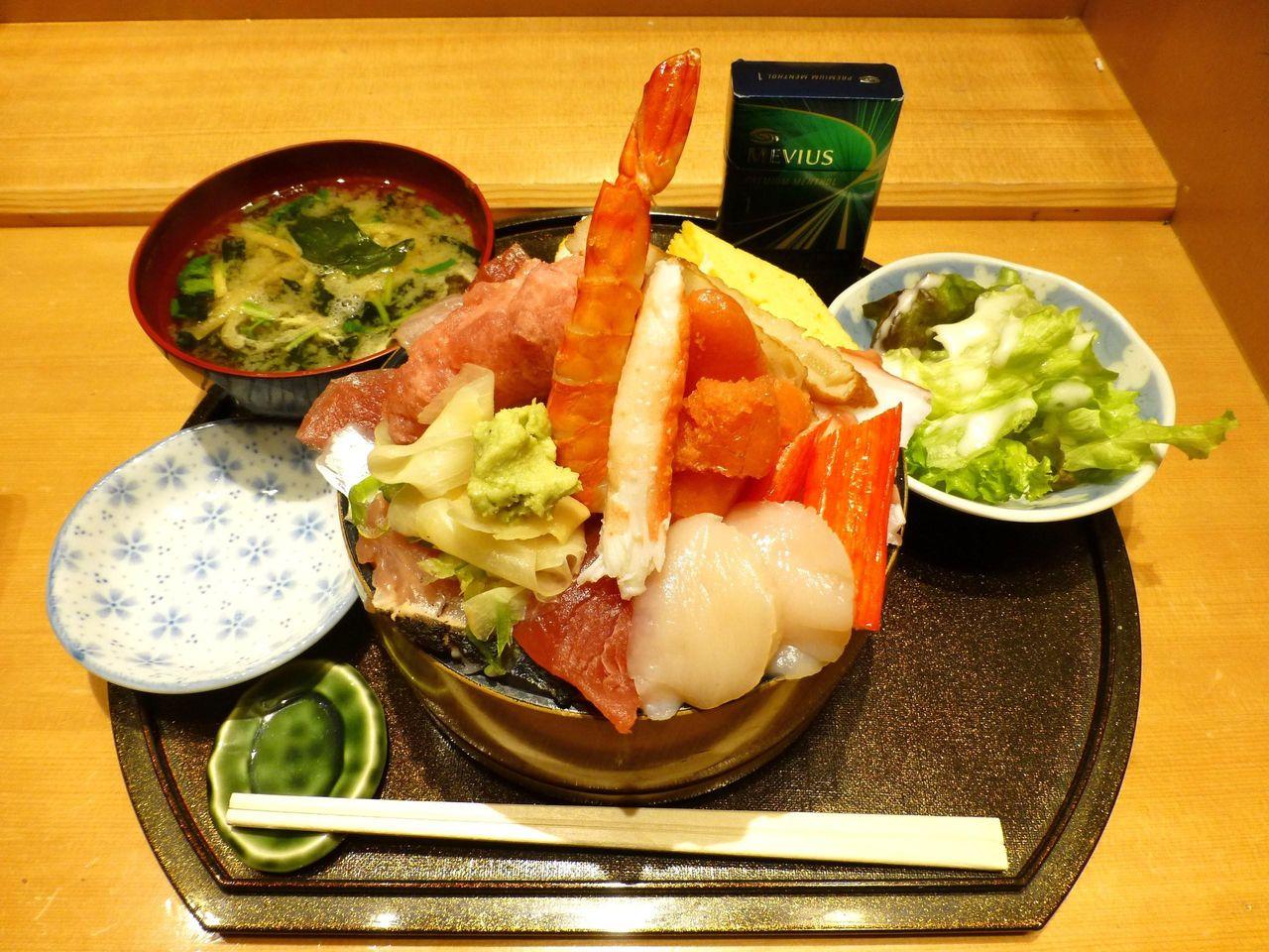 神田の「すし定」で、ちらし(大盛り)1,090円