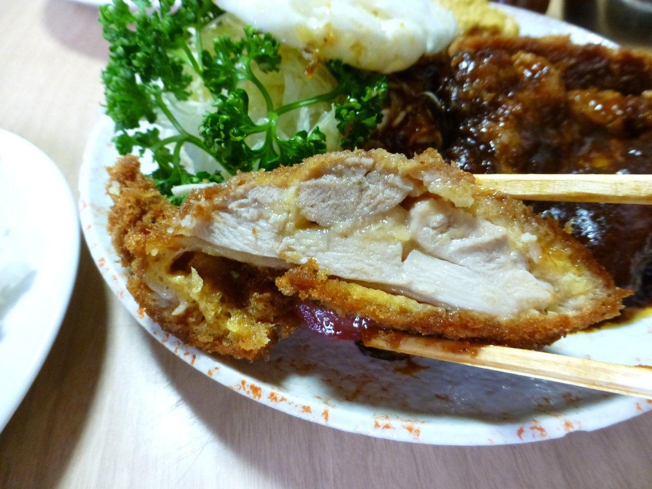 チキンかつは、モモ肉を使用してジューシーな仕上がり!