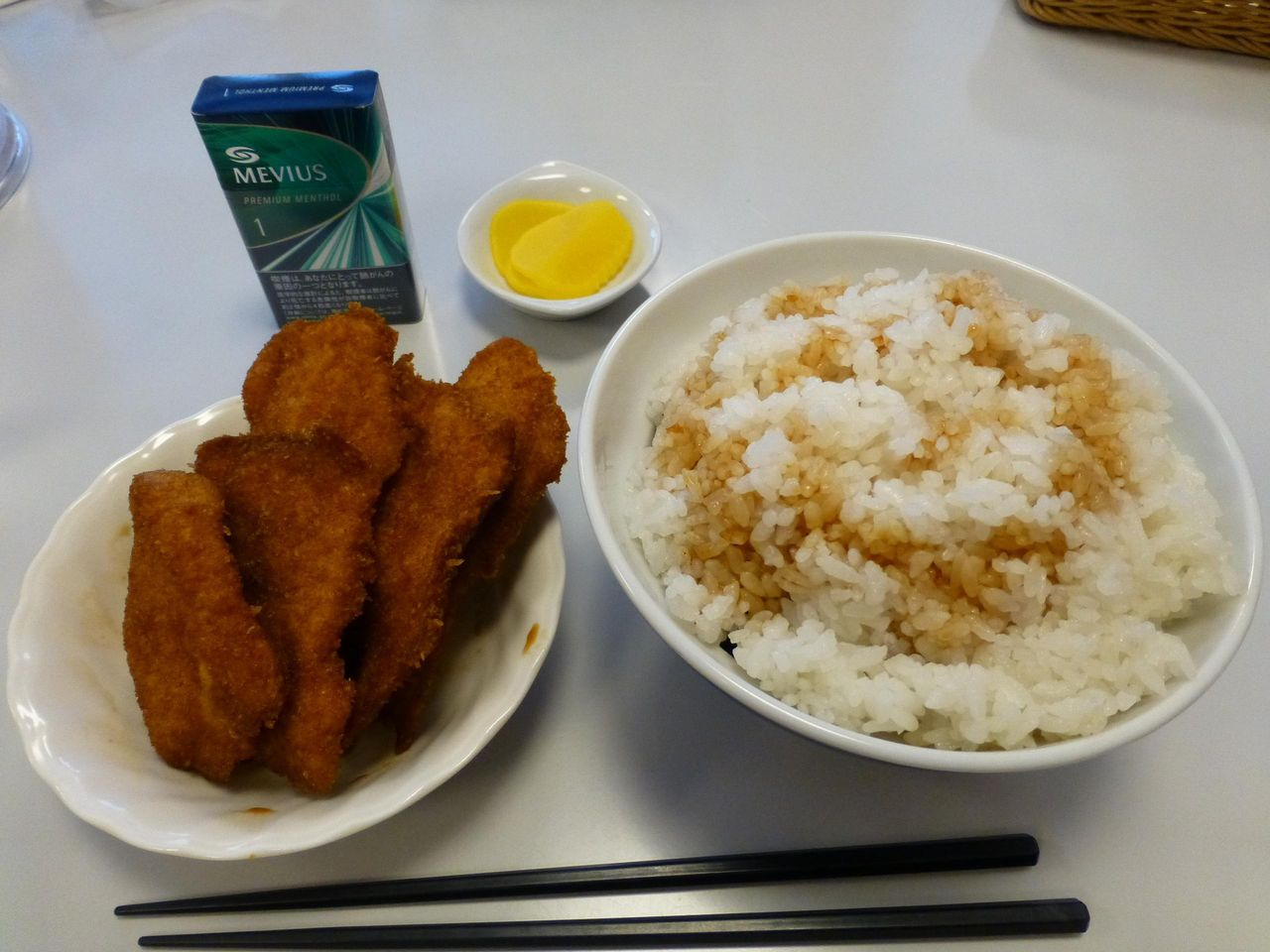 別皿で提供される、特製かつ丼(7枚)大盛1,400円