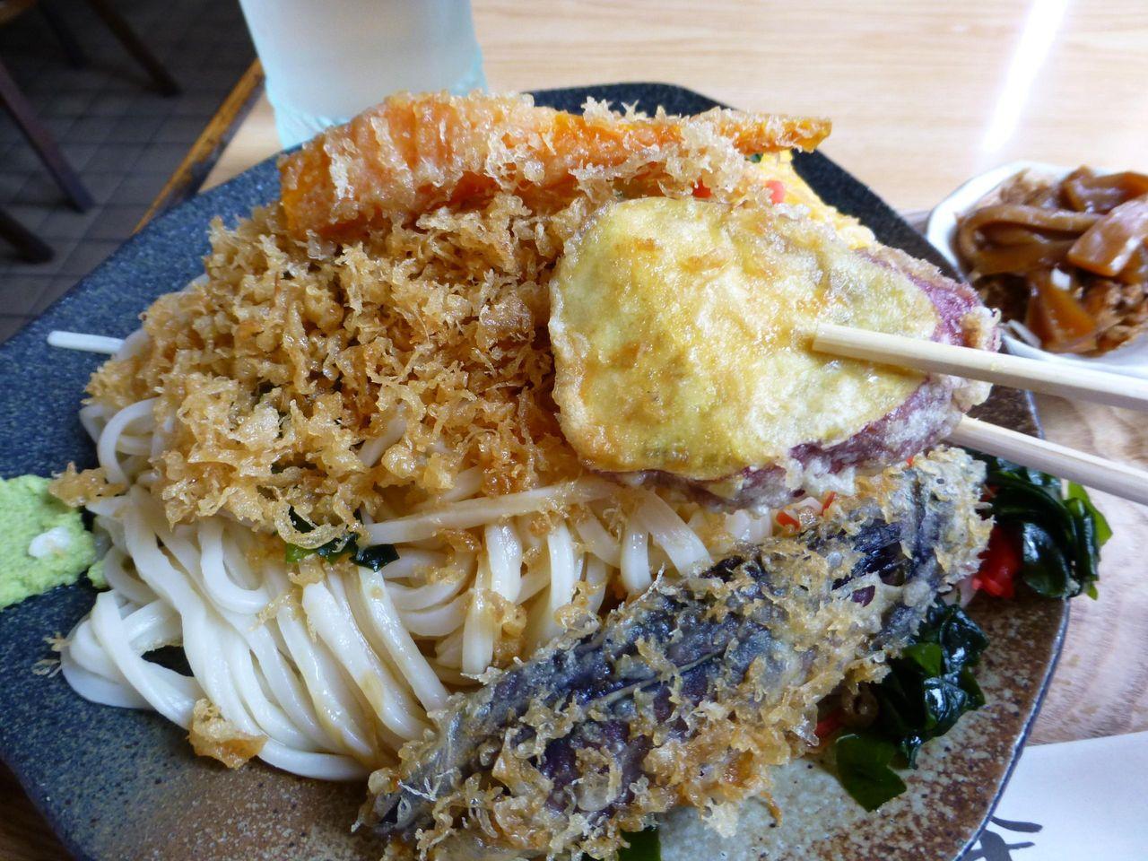 冷やしたぬきなのに、なぜか天ぷらがテンコ盛り!