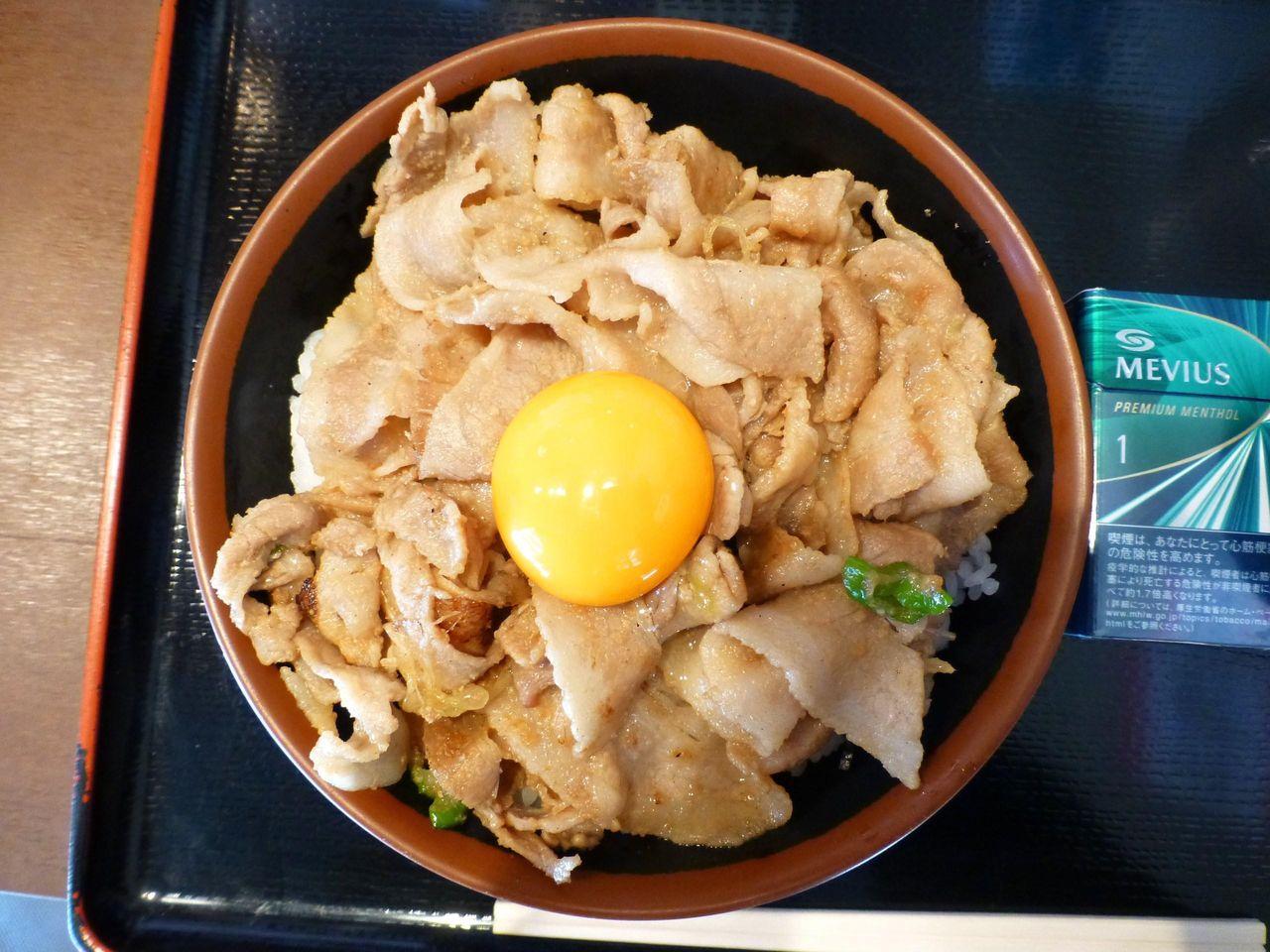 スタミナ丼メガ盛りは、直径18センチの丼を使用!