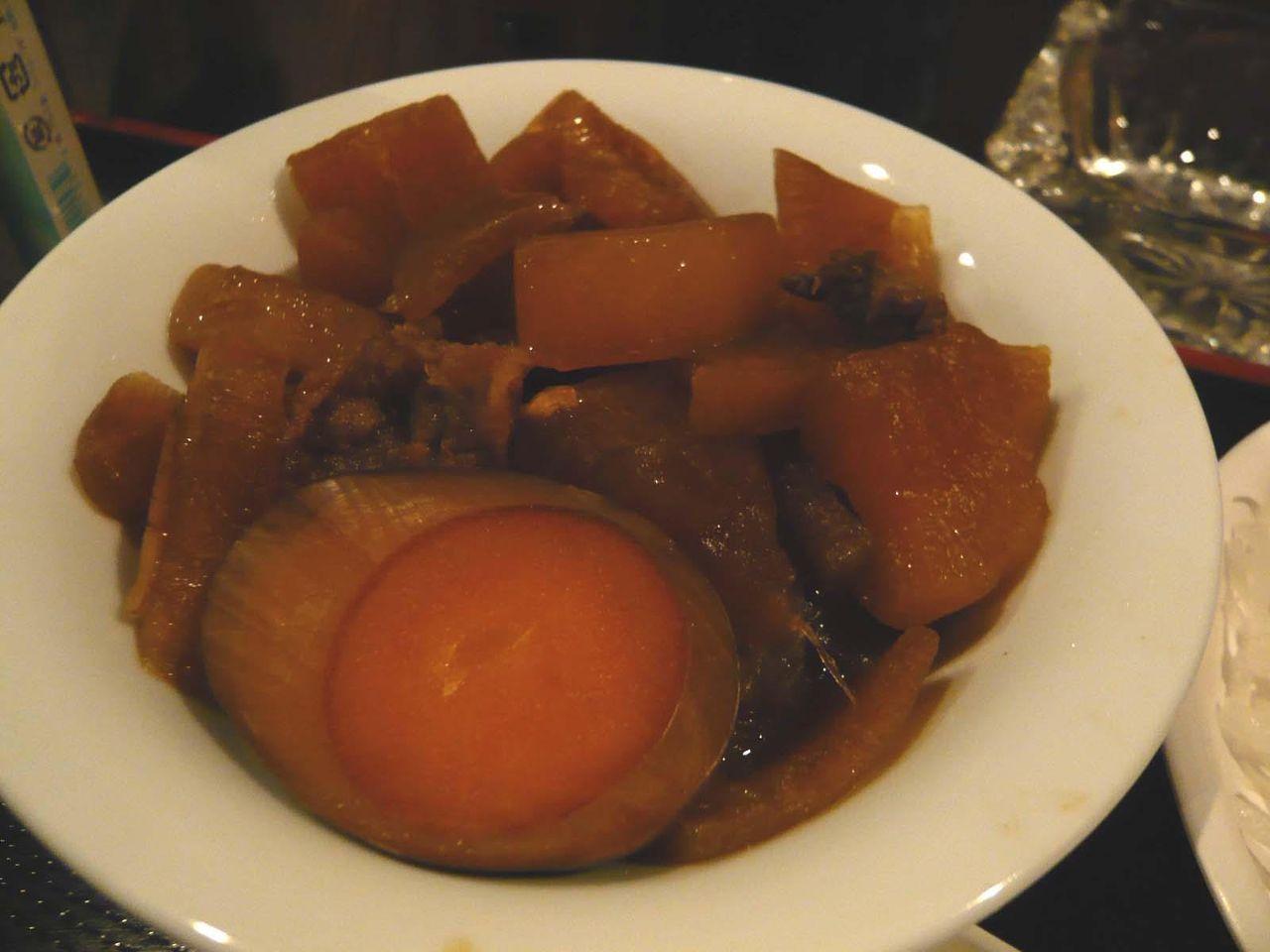 煮玉子、大根、ゴボウ、牛スジの煮物付き。