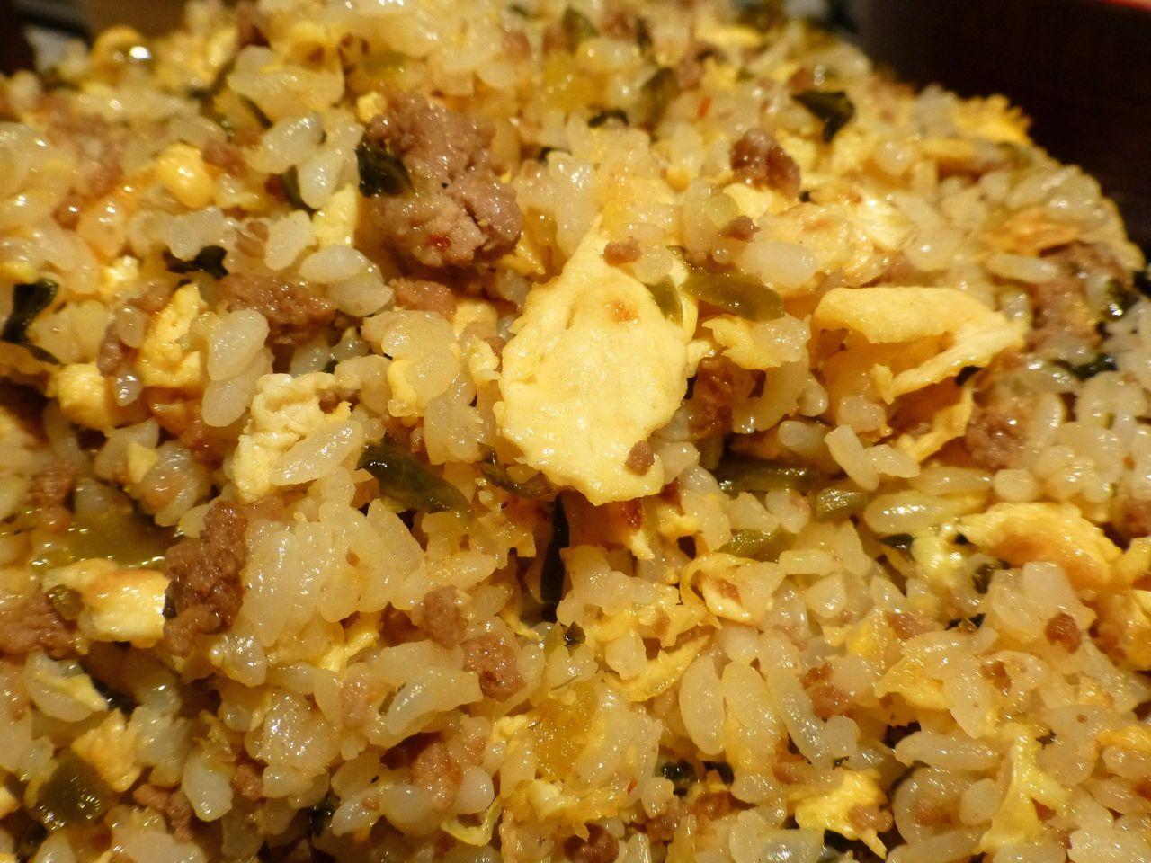 チャーハンの具材は、挽肉、高菜、卵!