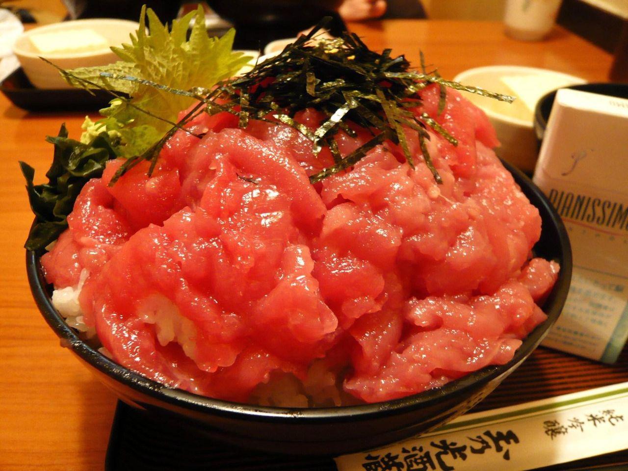 生マグロをタップリ使用した鉄火丼(特盛)