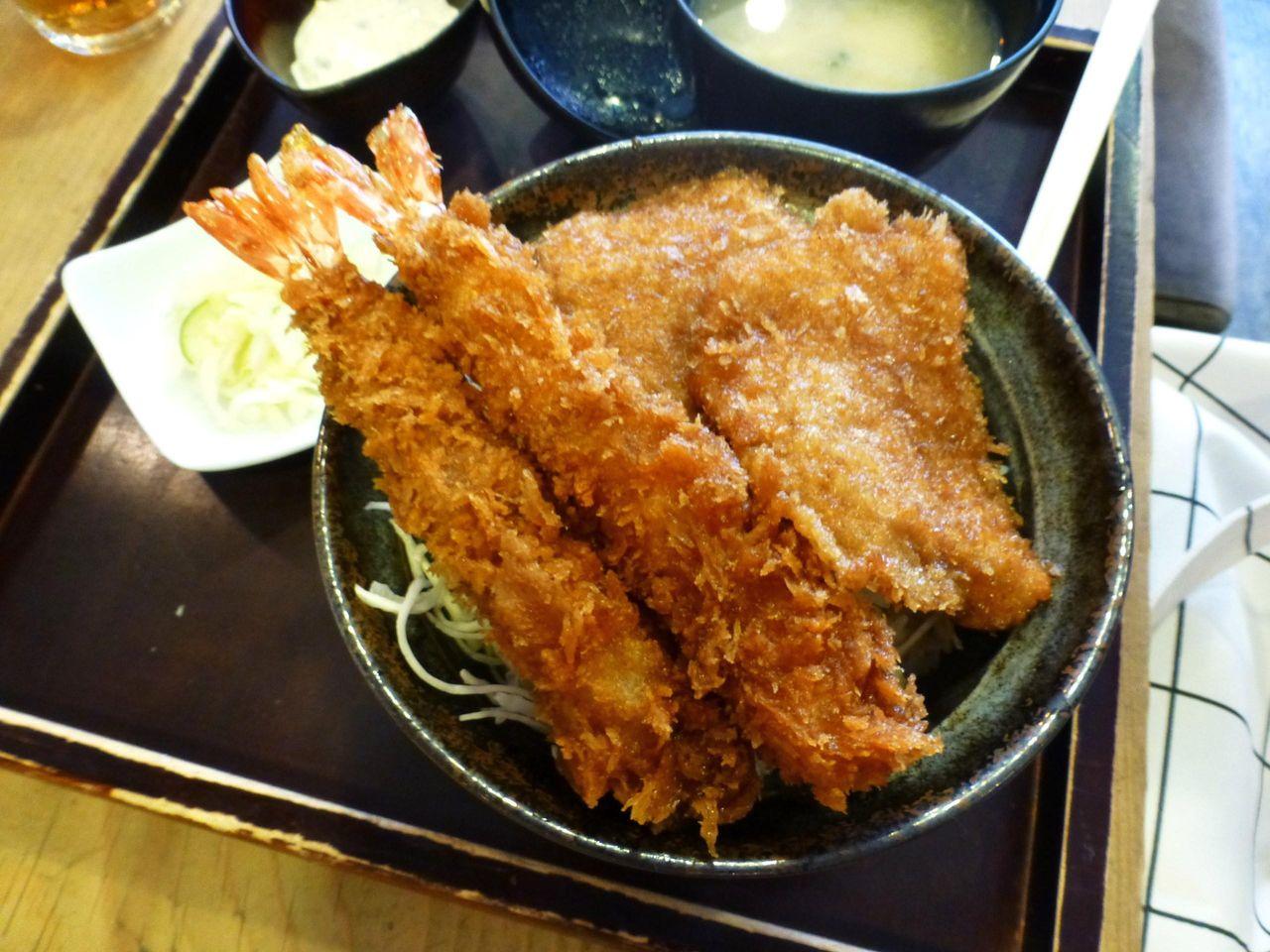カツと海老の2種類を味わえる、合いもり丼980円