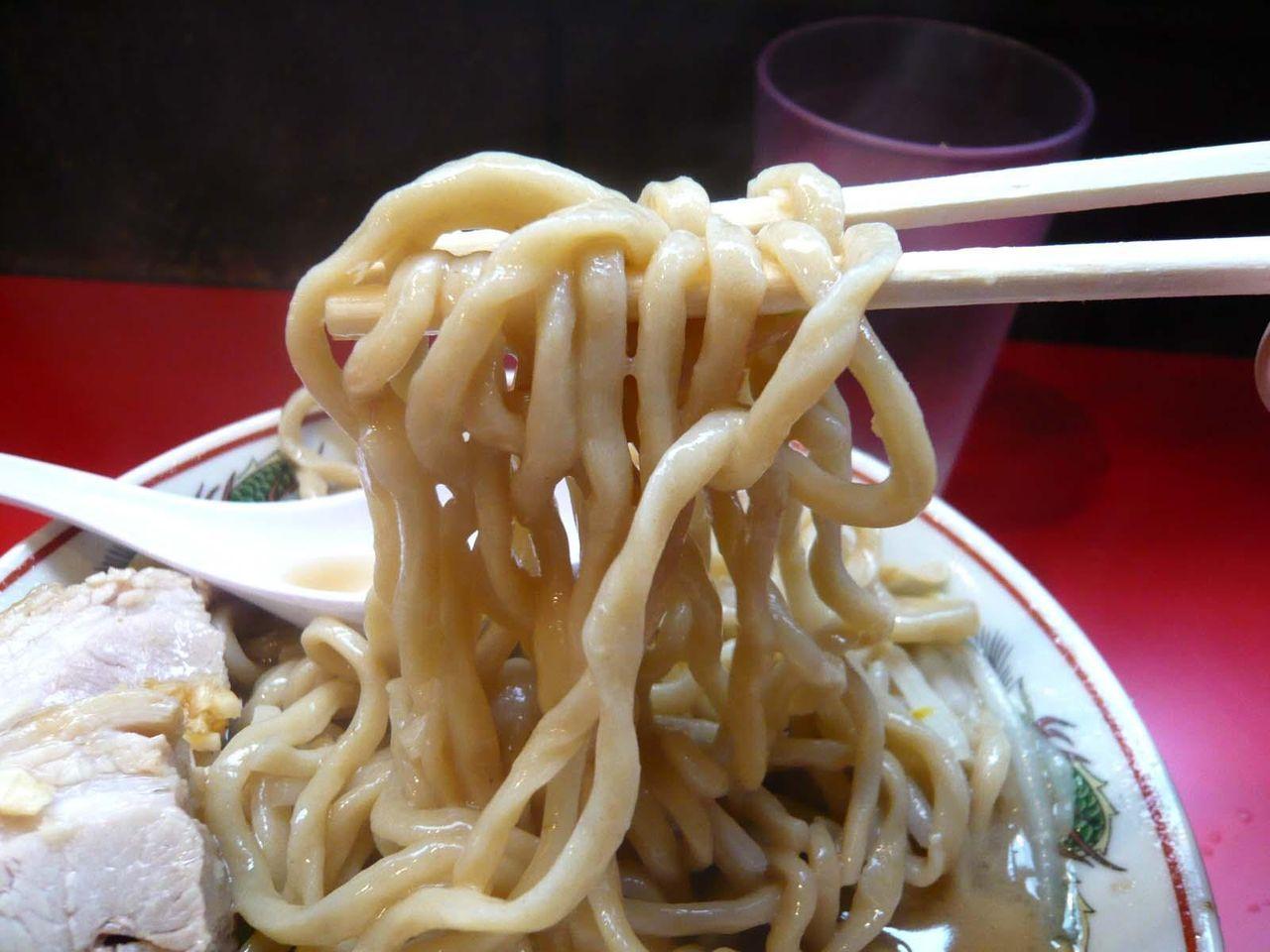 強いウェーブのかかった太麺