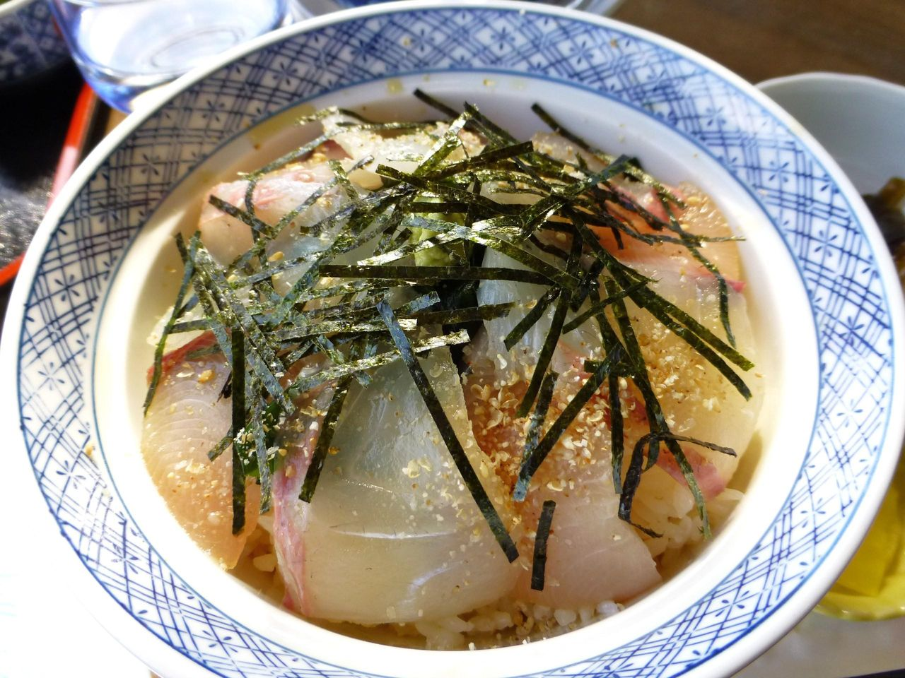 薄味のタレに漬けた鯛とハマチをのせた丼です!