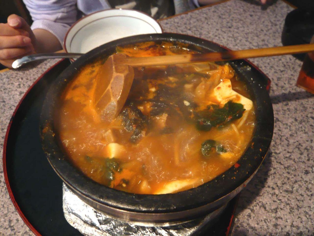 石鍋で熱々、具だくさんの豆腐チゲ!