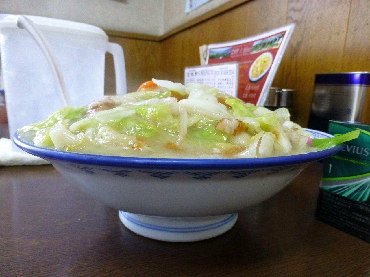 太麺皿うどん大盛は、直径24センチの深皿に盛り付け!