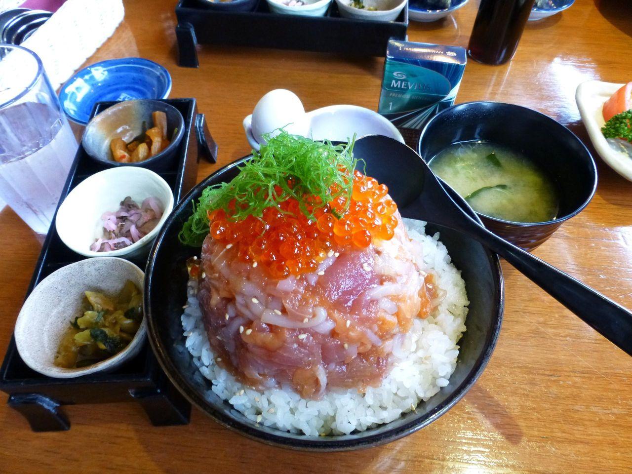 漁師の漬け丼2,360円は、漬物3種、温泉卵、みそ汁付き!