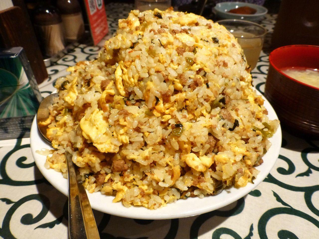 スプーンを突き刺すと、そこから米粒が崩れ落ちます!