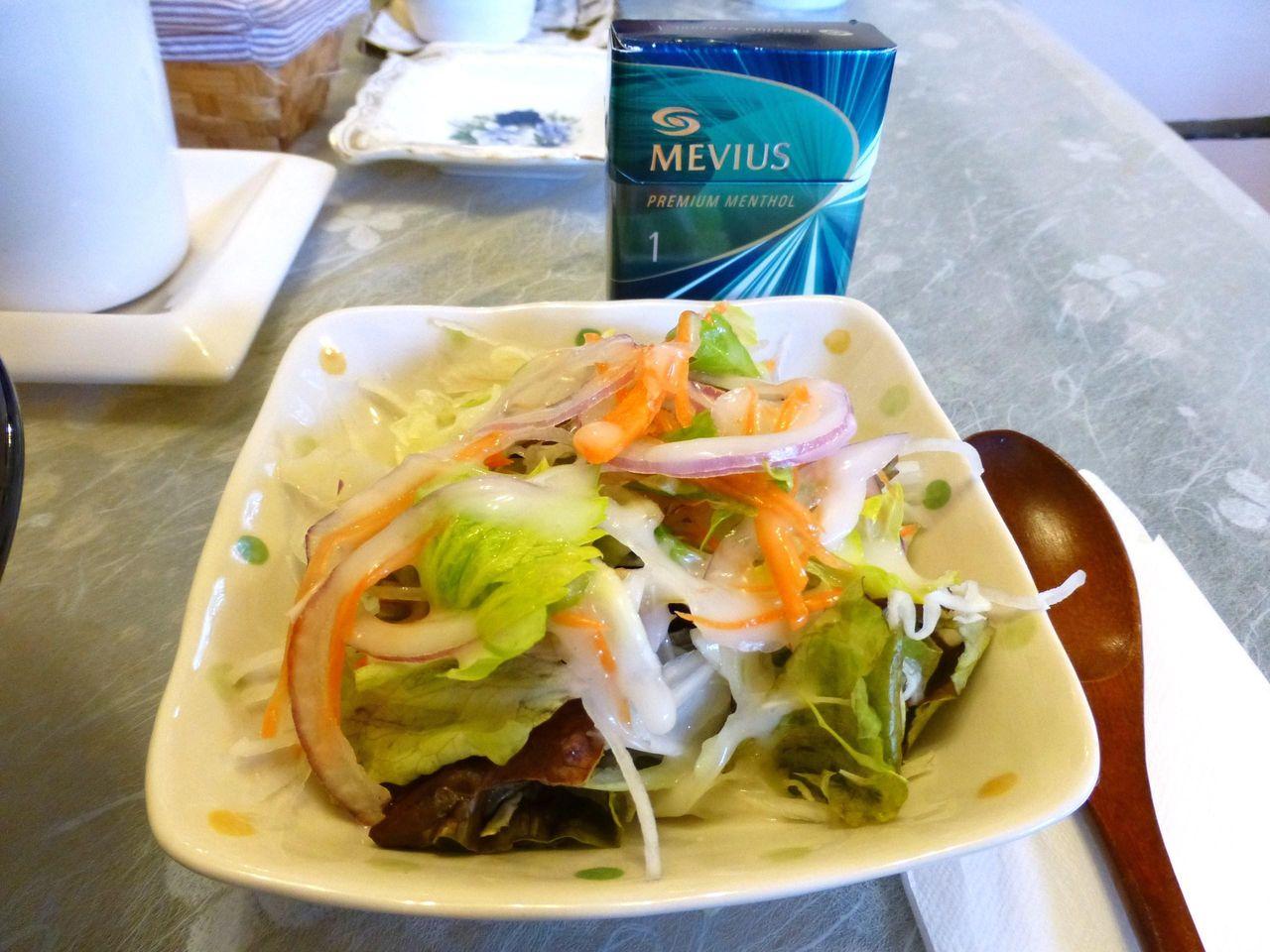 手作り感のあるサラダは、単品で200円くらいしそうな内容です!