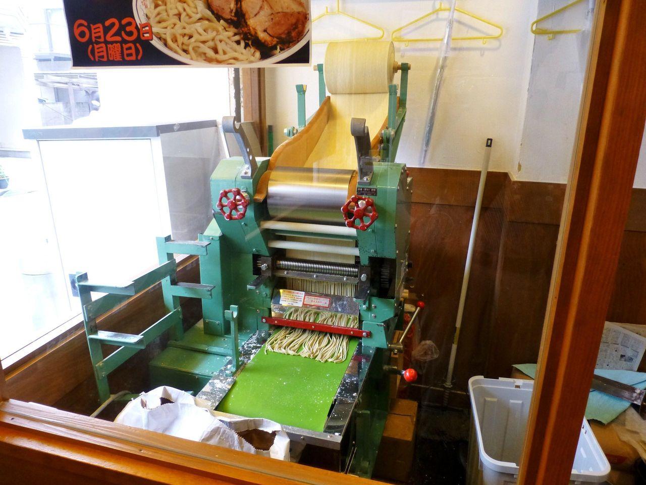店の片隅に製麺機が設置してあり、自家製麺を提供しています!
