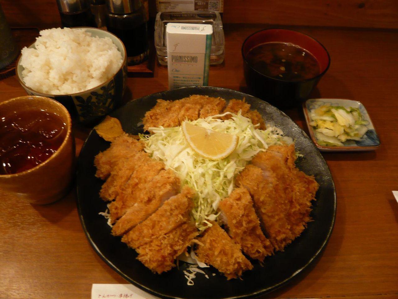 「山の家」名物、わらじトンカツ定食(大盛)1,400円