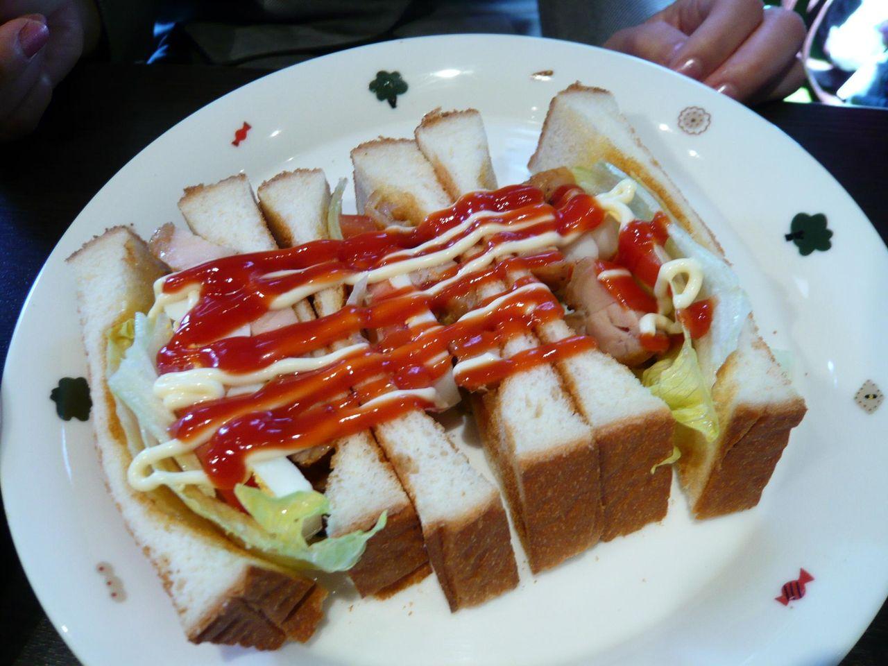 照焼きチキン&玉子サンド950円(サラダ、ドリンク、デザート付)