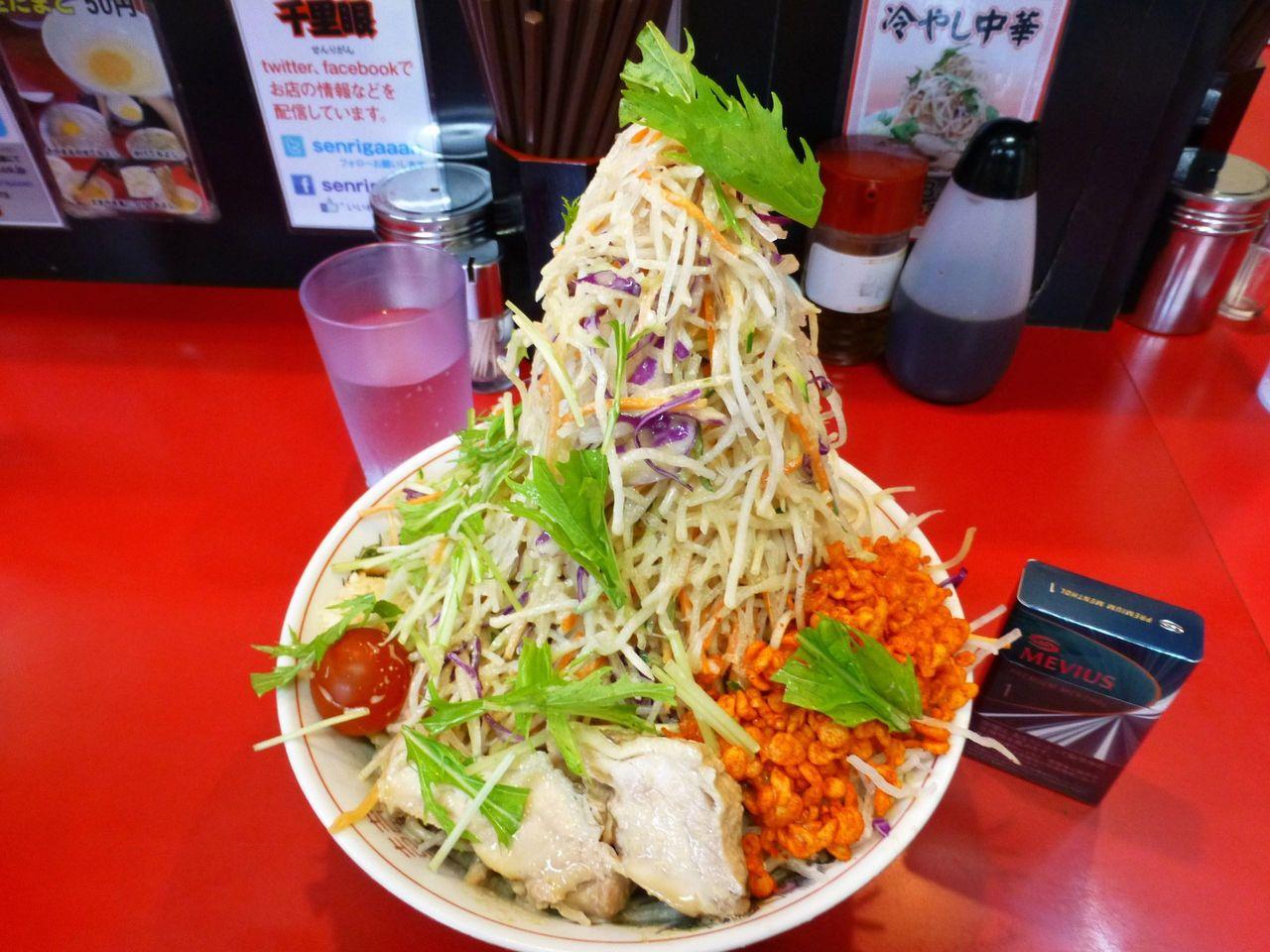 直径22センチの丼に盛りつけた、超高層野菜タワー冷やし中華!