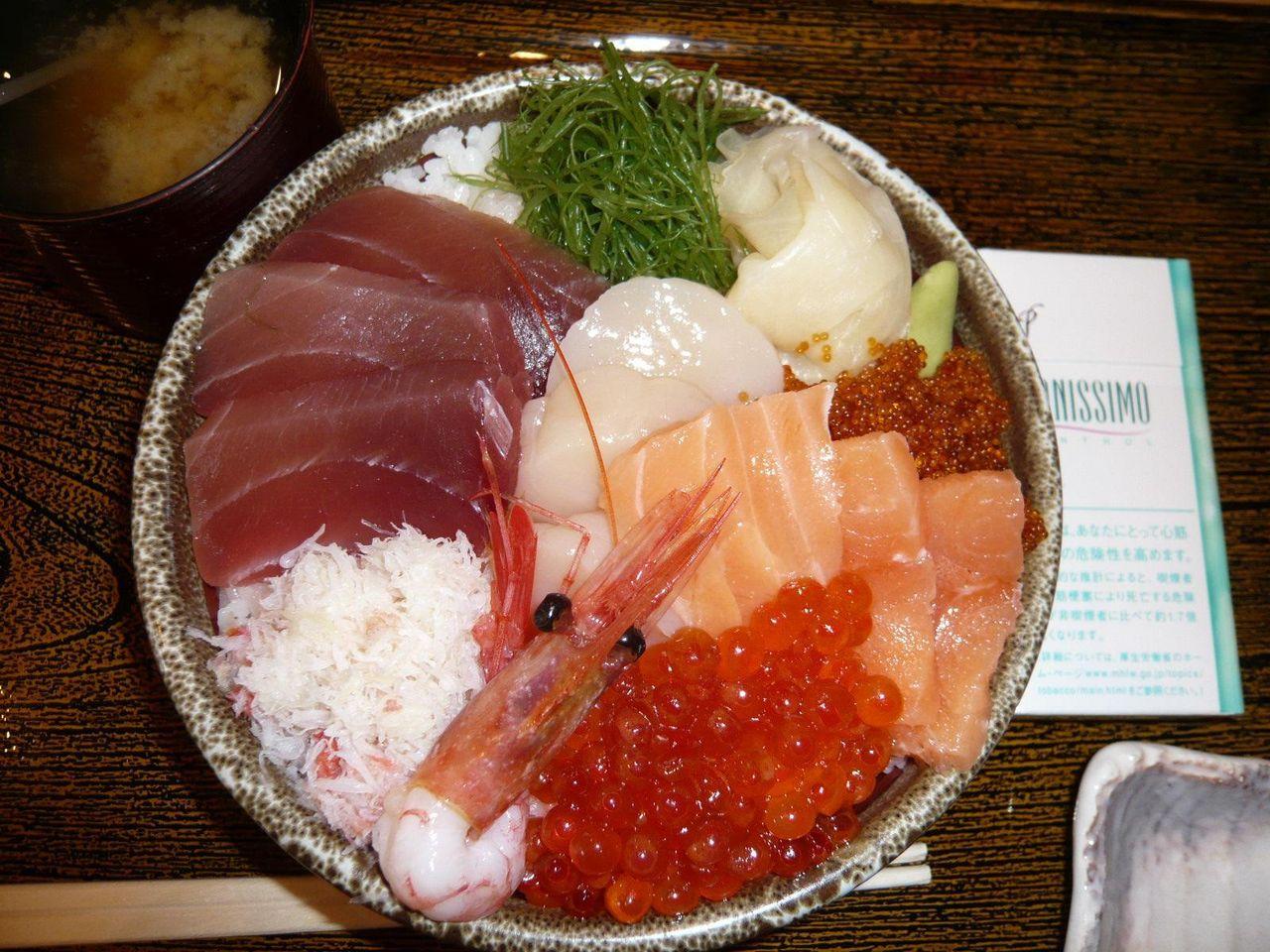 海鮮丼は、直径15センチの丼で提供されます。